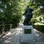 Estatua a Carlos III, fundador del botánico