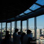 Observando las vistas desde el faro de Moncloa
